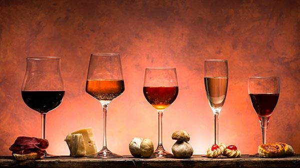 Vários tipos de vinhos colocados em diferentes estilos de taças