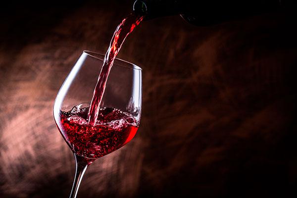 vinho tinto sendo servido em uma taça Bordeaux