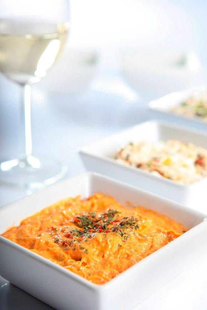 Vinhos brancos são muito apreciados para harmonizar pratos com peixes e frutos do mar