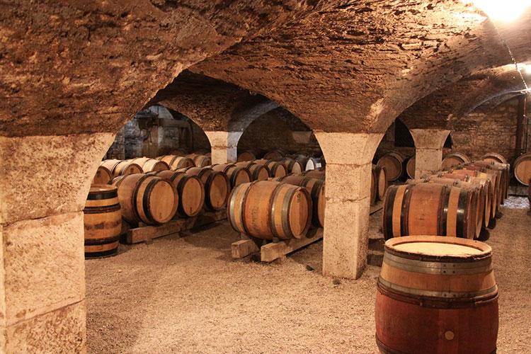 Adegas subterrâneas guardam a produção do vinho borgonhês